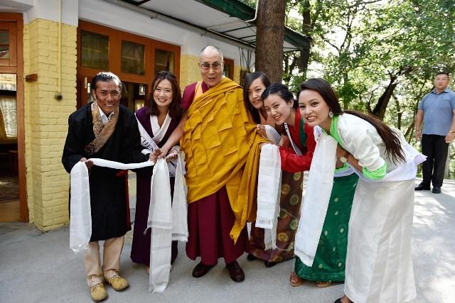 मिस तिब्बत प्रतियोगिता के आयोजक वांग्याल चारों प्रतियोगियों के साथ दलाई लामा का आशीर्वाद लेने पहुंचे थे