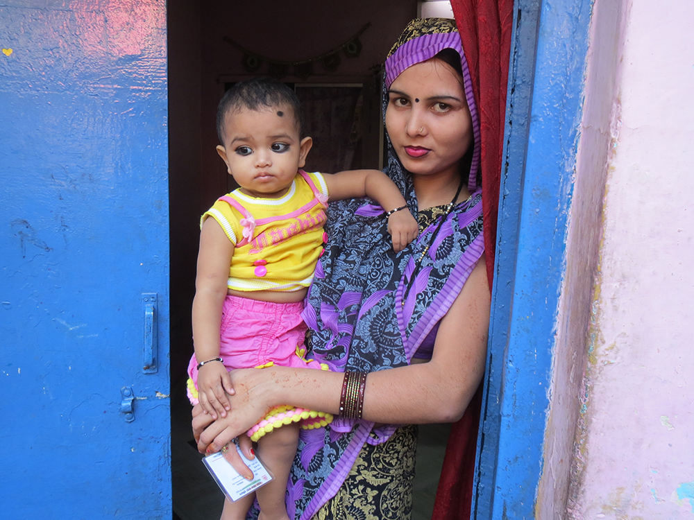 Jia Devi traveled with her infant daughter to their village in Rae Bareli, Uttar Pradesh, after she failed to get an Aadhaar for her in Saket in Delhi. Image credit: Anumeha Yadav