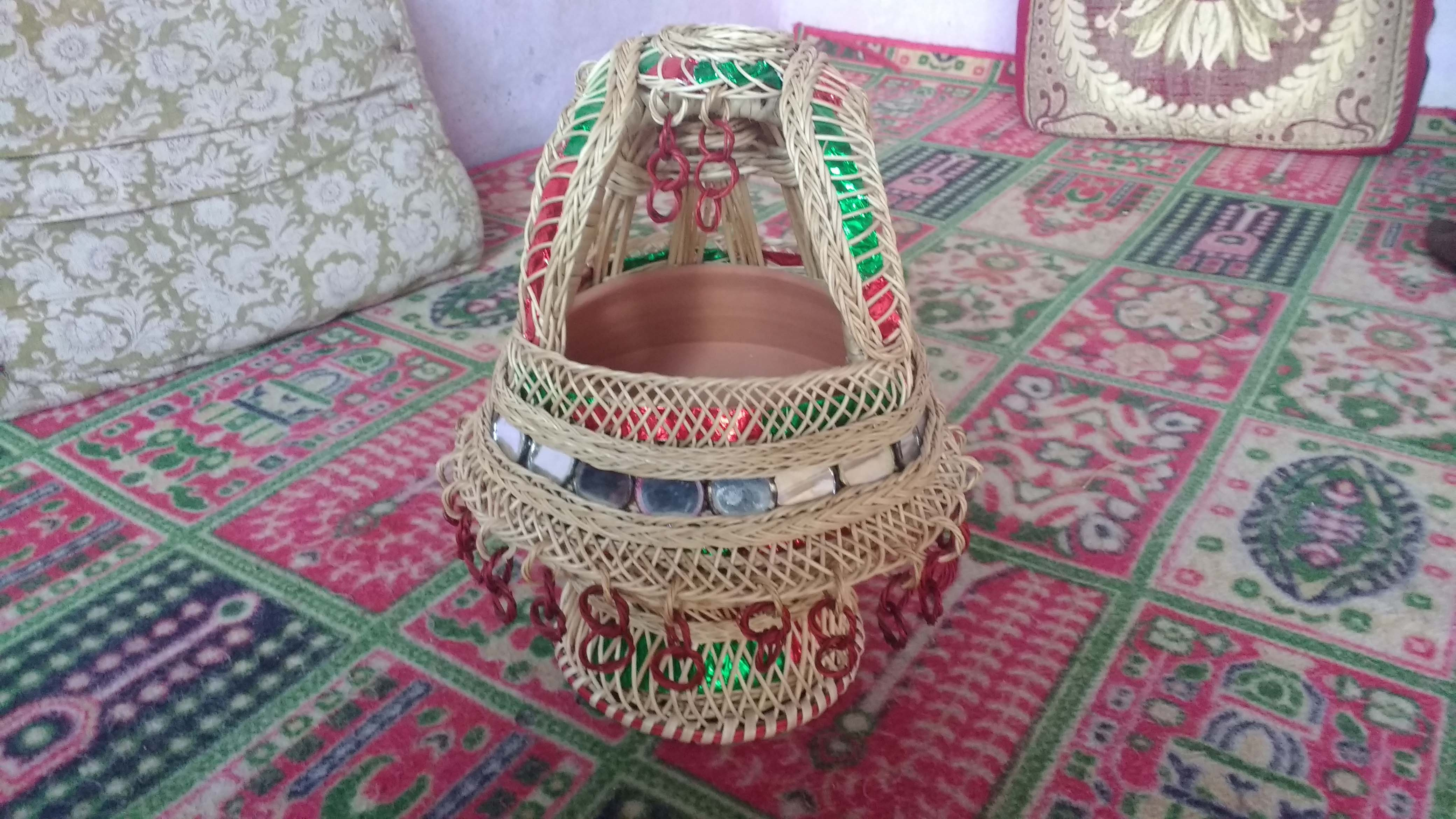 A bridal kanger, decorated with round mirrors, rings, and jaali. Photo: Rayan Naqash