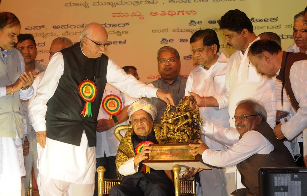 Professor G Venkatasubbaiah being felicitated by LK Advani in Bengaluru in 2012. Credit: Credit: Rkkrupa/Wikimedia commons [Licensed under CC BY 1.0]