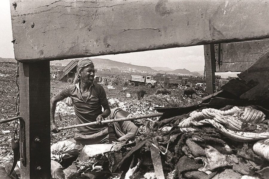 The garbage that the workers rake out includes animal carcasses, food remains, steel wires, hospital waste, jagged pieces of wood, pipes, stone, broken glass, blades.