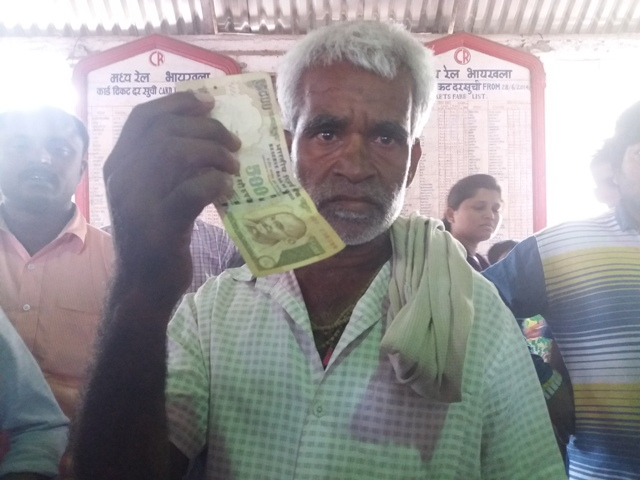 Vijay Padwal with the Rs 500 note that was given to him on Wednesday morning to serve as three people's wage.
