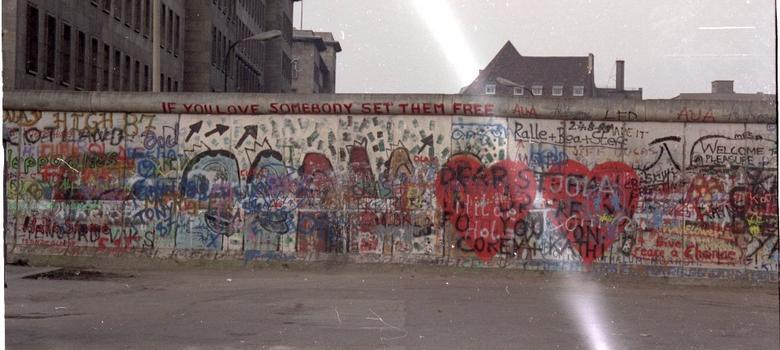 The rise and fall of the Berlin Wall in two short videos