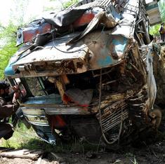 जम्मू-कश्मीर : तीर्थयात्रियों को ले जा रही बस नदी में गिरी, 11 की मौत