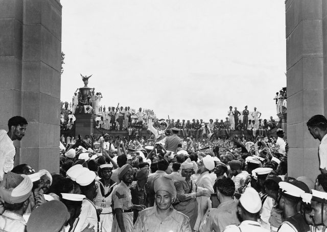 Homai Vyarawalla, Lord Mountbatten among jubilant crowds outside the Parliament House, Delhi, Aug. 15, 1947. Photo credit: © Alkazi Foundation for the Arts