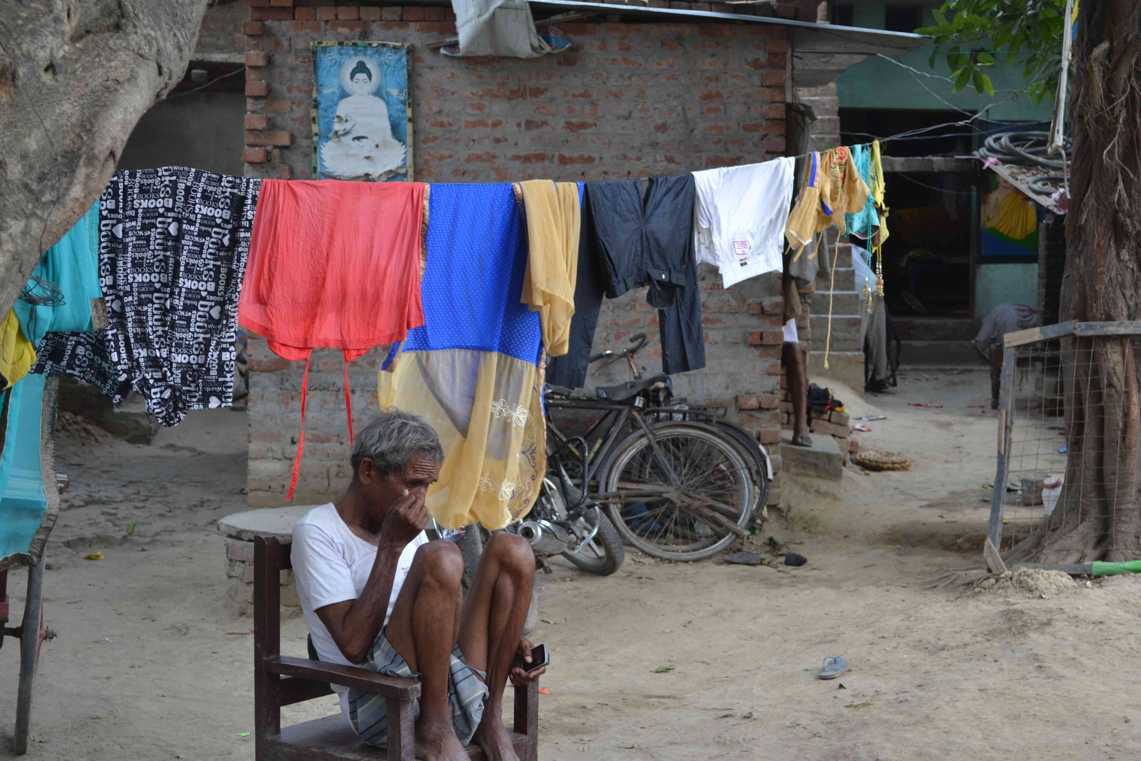 A villager outside his home in Mohripur, Gorakhpur. Photo credit: Akash Bisht