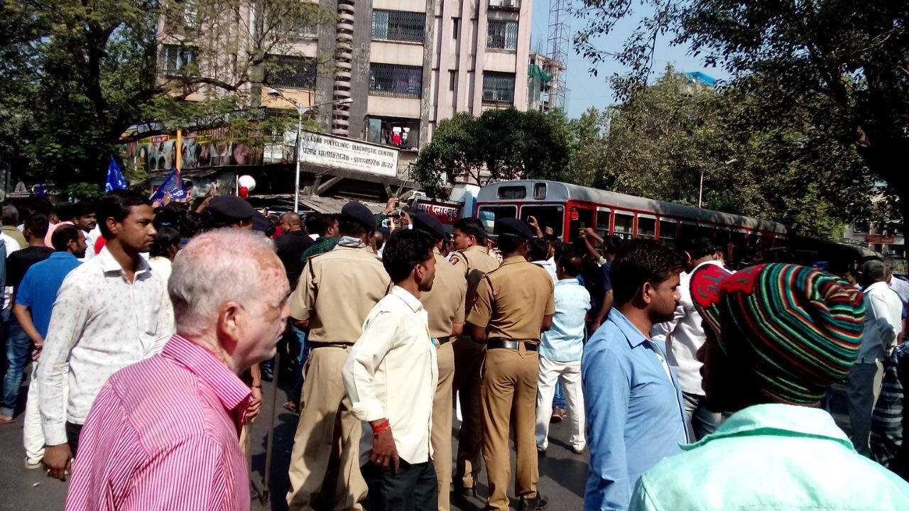 Police officer on try to control protesting groups in Mulund. (Jennifer Thomas/Scroll.in)