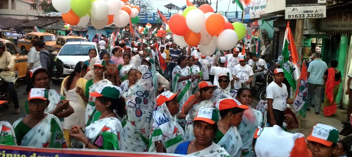 In Kolkata, the Trinamool Congress adopts a novel mode of poll propaganda – saris