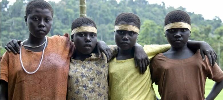जारवा आदिवासियों को मुख्यधारा से जोड़ना उनके वजूद के लिए खतरा है और उन्हें उनके हाल पर छोड़ना भी