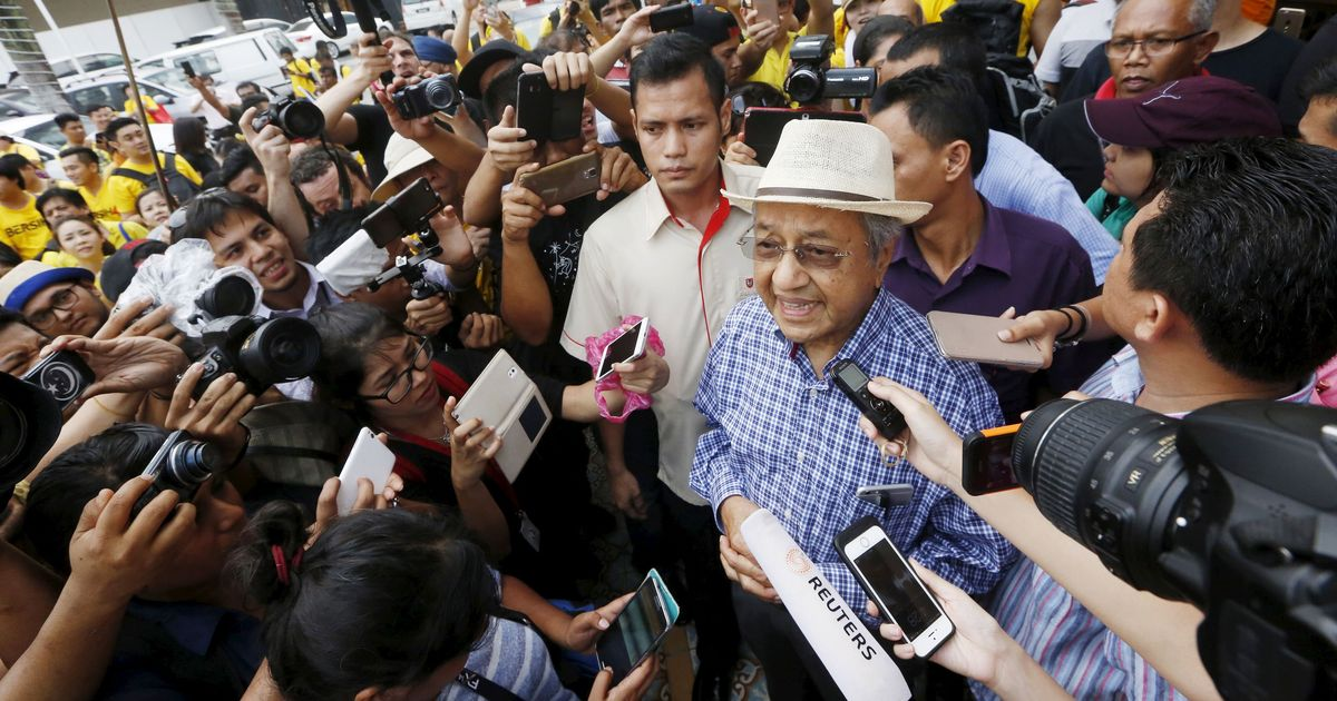Mahathir returns to Malaysia's political frontline