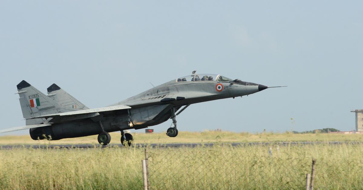 वायु सेना के जैगुआर लड़ाकू विमान से पक्षी टकराया, पायलट की सूझबूझ से बड़ा हादसा टला