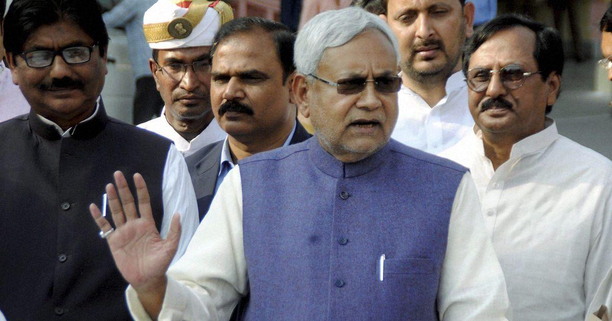 युवक ने नीतीश कुमार की तरफ चप्पल फेंकी, कहा - भेदभावपूर्ण आरक्षण नीति पर विरोध जताना चाहता था