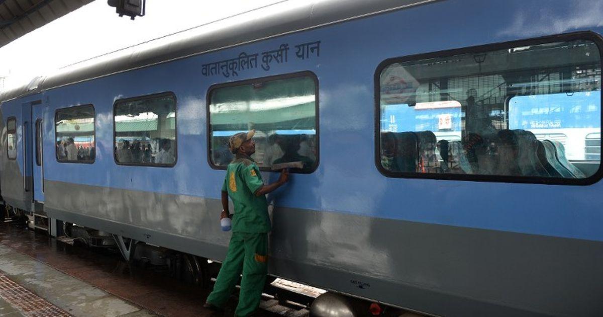बजट 2017 : रेल यात्रियों के लिए खुशखबरी, आईआरसीटीसी से ई टिकट लेने पर सर्विस चार्ज माफ