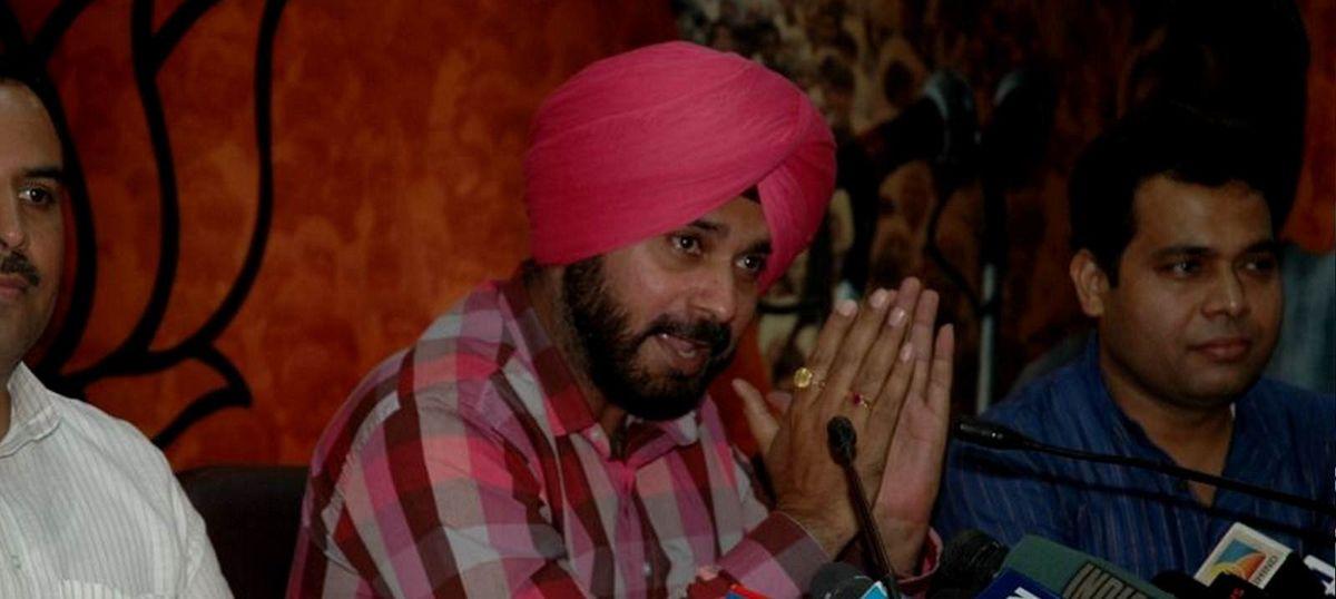 इमरान खान ने अपने शपथ ग्रहण समारोह के लिए नवजोत सिंह सिद्धू को व्यक्तिगत तौर पर न्योता दिया