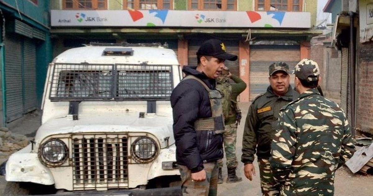 कश्मीर में आतंकियों द्वारा एक दिन में दो बैंक लूटे जाने सहित दिन के सबसे बड़े समाचार