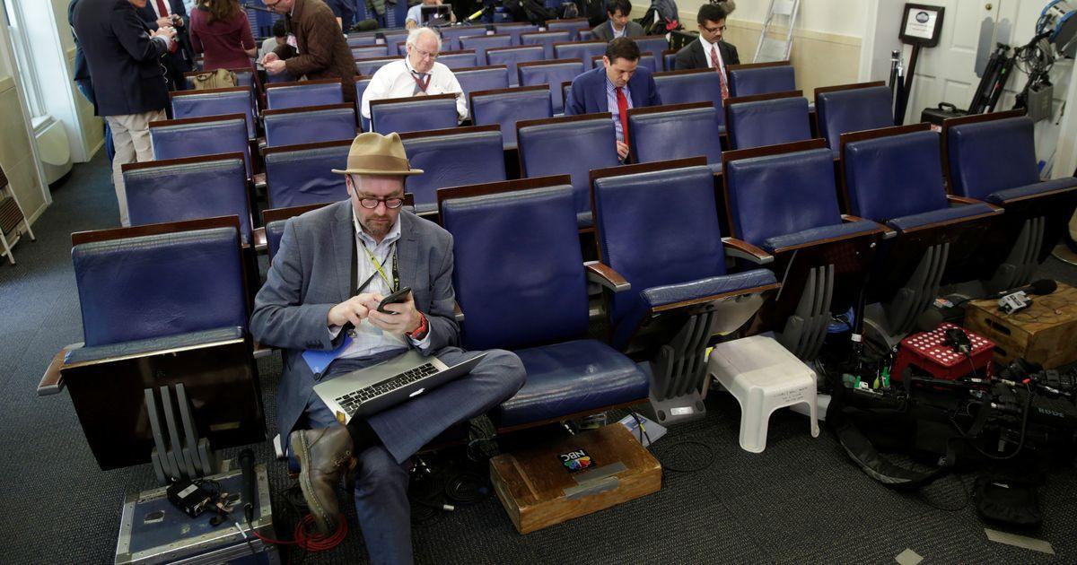 ट्रंप का मीडिया पर एक और हमला, व्हाइट हाउस ने कई पत्रकारों को प्रेस कॉन्फ्रेंस में आने से रोका