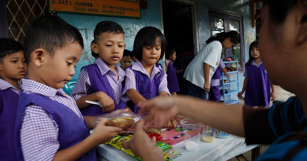 A free school meal programme for children is helping Indonesia tackle stunting