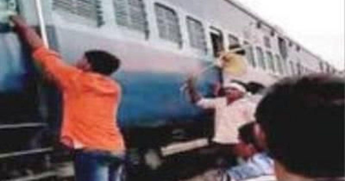 उत्तर प्रदेश : चलती ट्रेन में मुस्लिम परिवार के साथ मारपीट