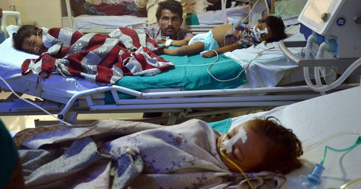 गोरखपुर हादसा : जिलाधिकारी ने ऑक्सीजन की कमी के लिए दो डॉक्टरों को जिम्मेदार बताया