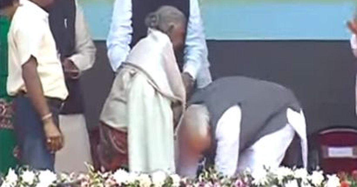 क्या नरेंद्र मोदी किसी के पैर छूने वाले पहले प्रधानमंत्री हैं?