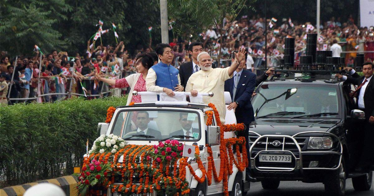 जापानी प्रधानमंत्री शिंजो आबे के साथ नरेंद्र मोदी का अहमदाबाद में रोड शो