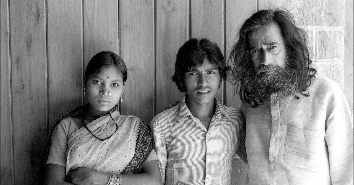 Jangarh Singh Shyam flanked by wife Nankusia Shyam and mentor J Swaminathan at Bharat Bhavan in Bhopal, 1982. | Photo by Jyoti Bhatt.