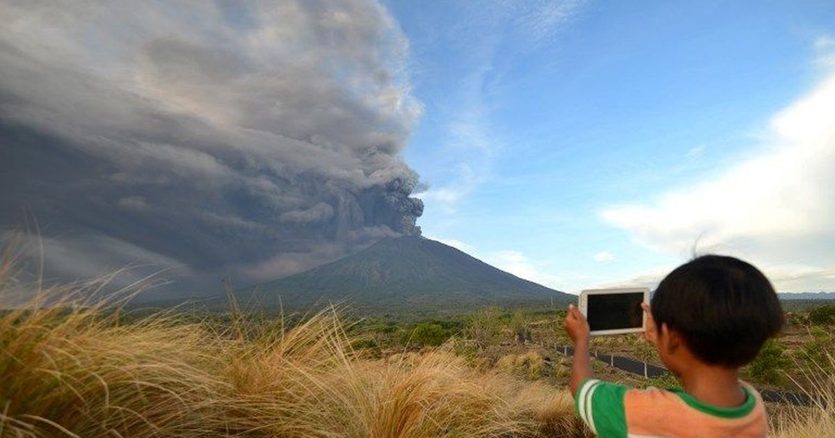 Bali: Dozens of flights delayed or cancelled as Mount Agung spews ash and smoke