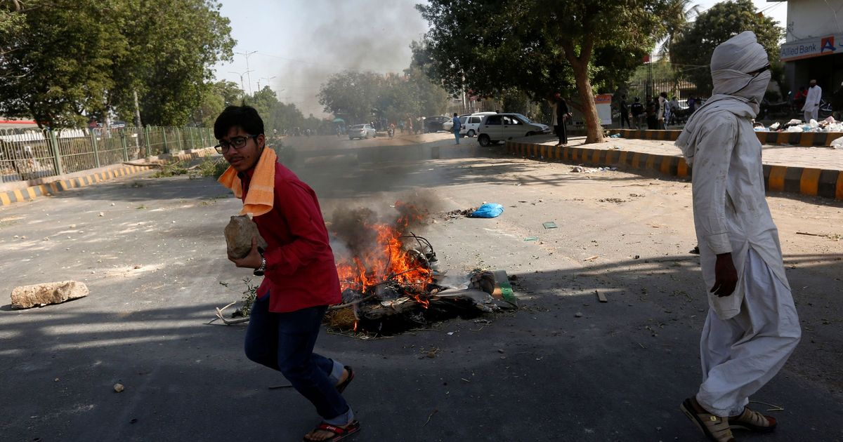 Pakistan: Violent anti-blasphemy protests end after law minister resigns