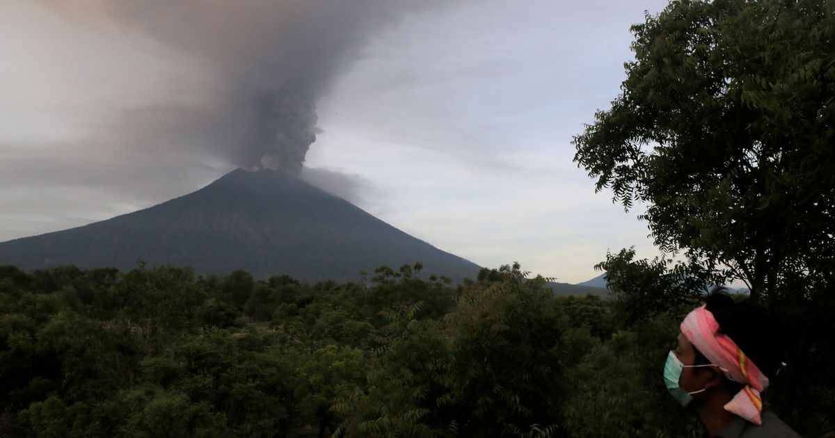 Indonesia: Bali airport shut for second day over fears of volcano eruption