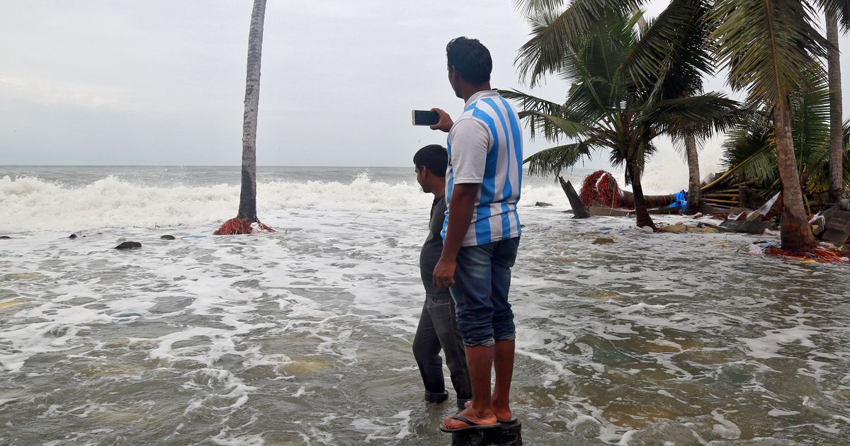 चक्रवाती तूफान ओखी के गुजरात पहुंचने से कई चुनावी रैलियां रद्द होने सहित आज के ऑडियो समाचार