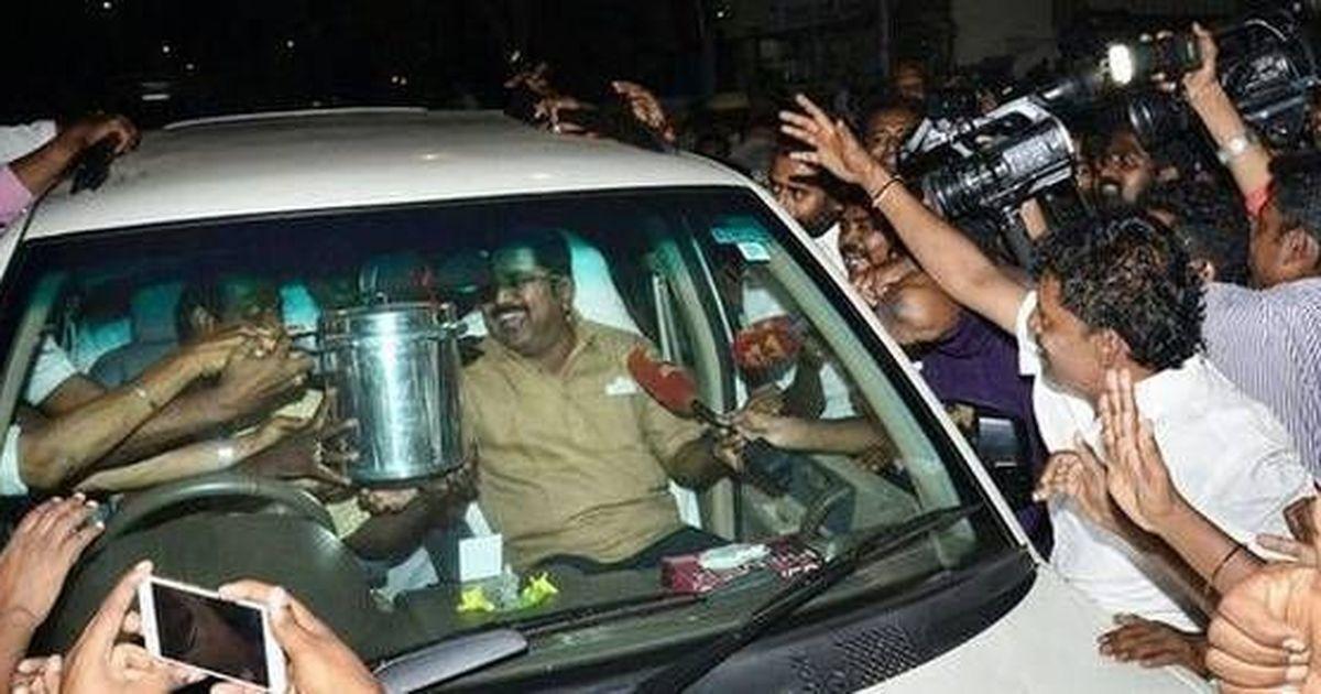 तमिलनाडु : दिनाकरण का 'हैट' छिन गया है और हाथ में 'प्रेशर कुकर' आ गया है!