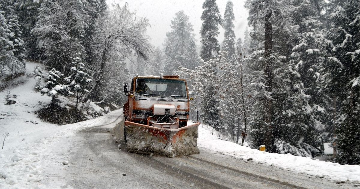 Kashmir receives first snowfall, flights cancelled and then resumed from Srinagar
