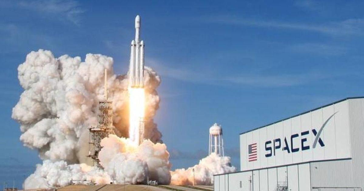 अमेरिका :  एलन मस्क की कार साथ लेकर गए दुनिया के सबसे शक्तिशाली रॉकेट की परीक्षण उड़ान सफल