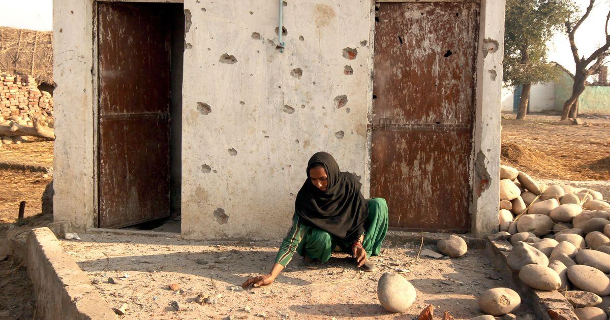 जम्मू कश्मीर : पाकिस्तान की गोलाबारी की वजह से नियंत्रण रेखा से सटे गांव खाली होने लगे हैं