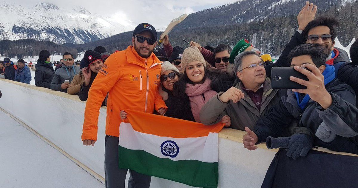 Shahid Afridi asks Indian fan to hold National Flag in correct position - Wins Millions of Hearts !!