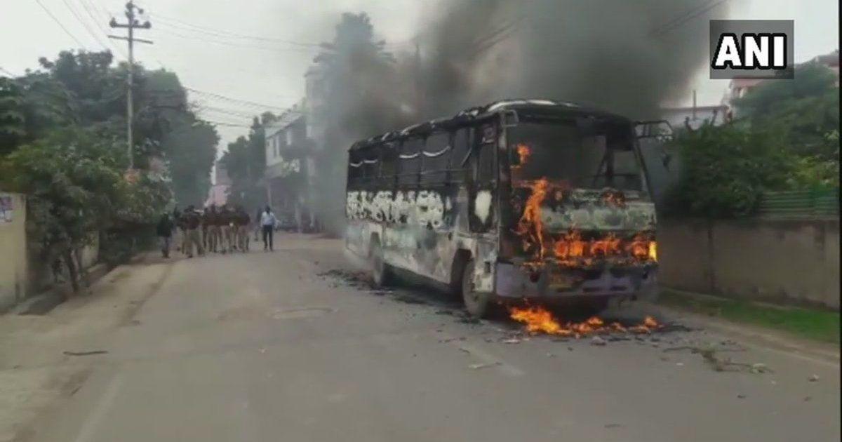 उत्तर प्रदेश : दलित छात्र की हत्या के खिलाफ प्रदर्शन, बस को आग के हवाले किया