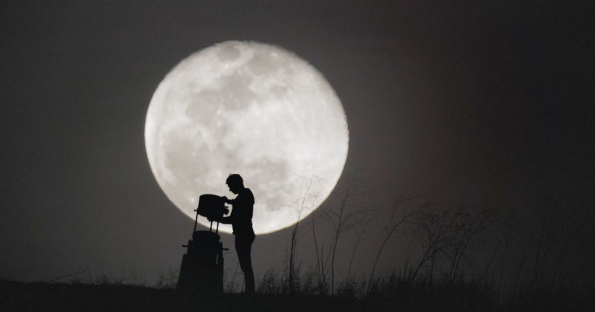 Watch: How people reacted when looking closely at the moon for the first time in their lives