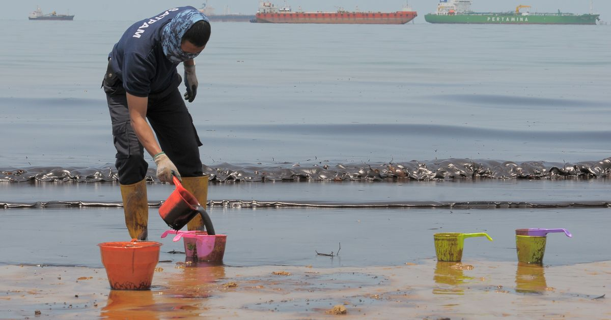 Indonesia investigates deadly oil spill in eastern Borneo