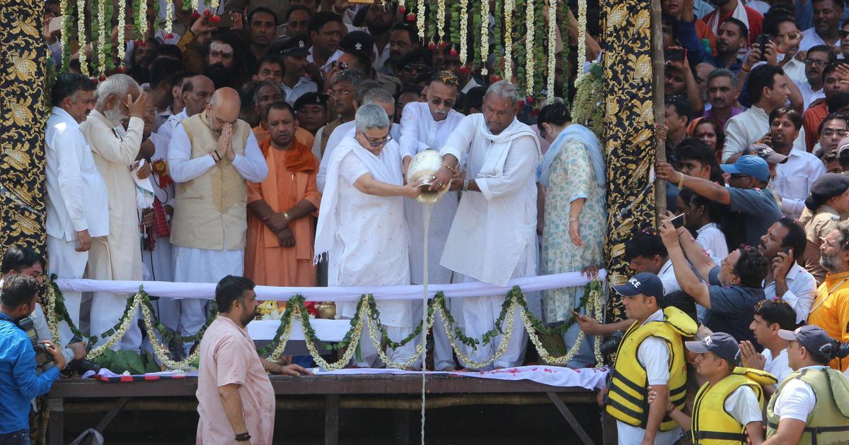 नेहरू की आलोचक भाजपा वाजपेयी के अस्थि विसर्जन के मामले में नेहरू मॉडल ही अपनाती दिखती है