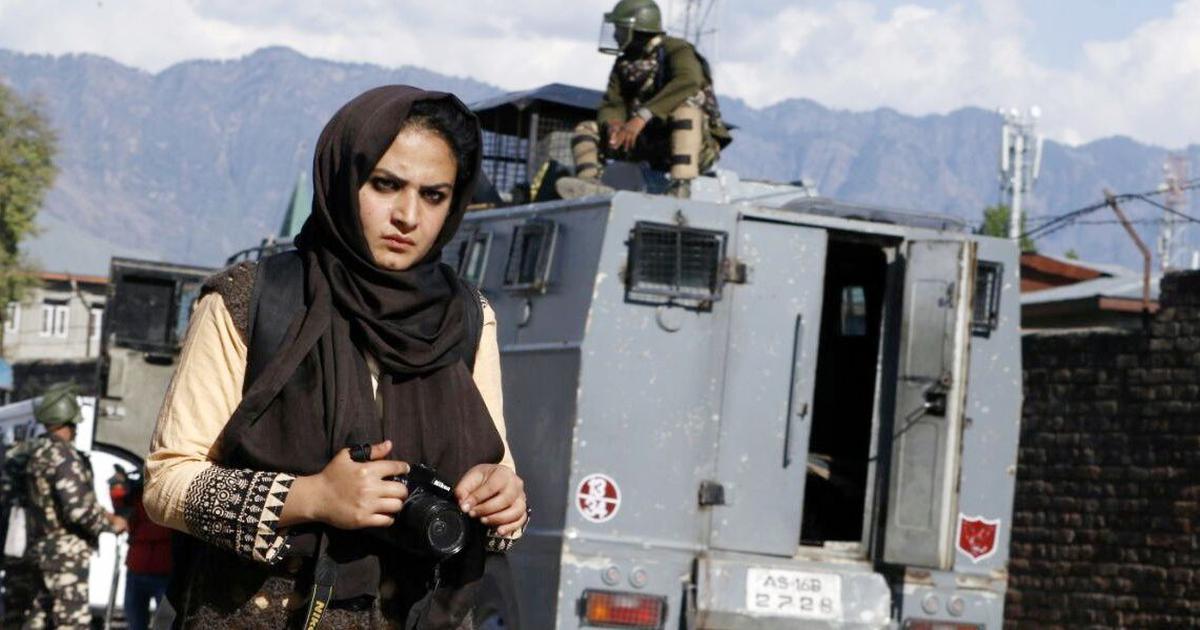 कश्मीर के चुनौती भरे माहौल में ये महिला फोटो पत्रकार कैसे काम करती हैं?