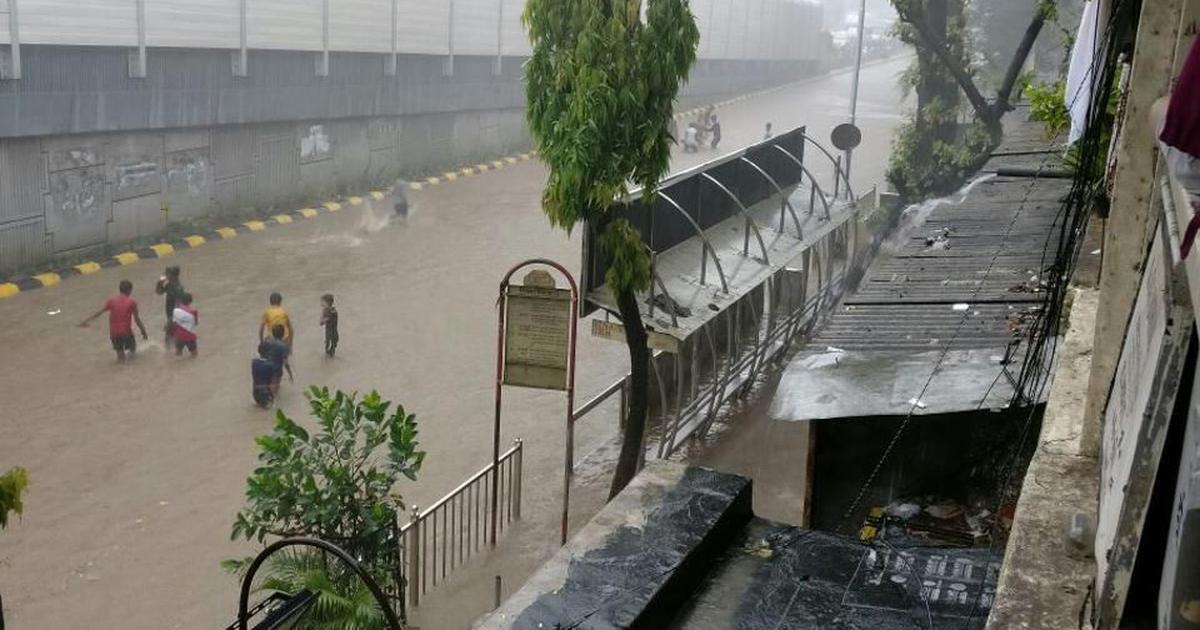 महाराष्ट्र : भारी बारिश से मुंबई थमी, रेल और वायु सेवाएं प्रभावित