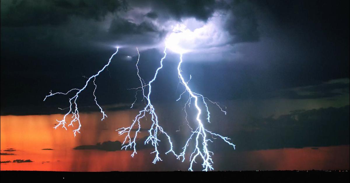 बारिश और आंधी-तूफान के चलते कम से कम 24 लोगों की मौत