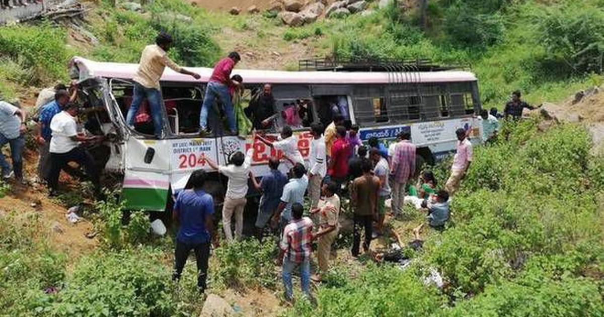 तेलंगानाः बस खाई में गिरी, 57 लोगों की मौत