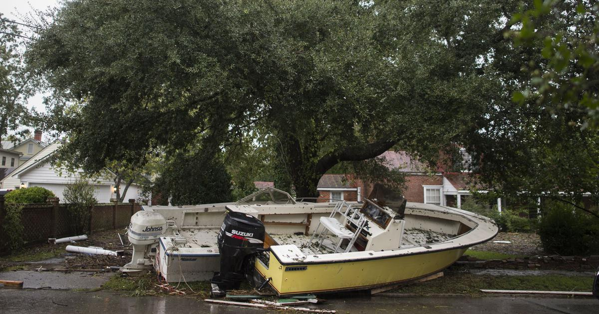 Hurricane turns deadly, floods Carolinas