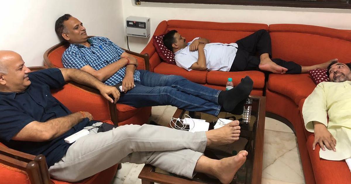 दिल्ली : उपराज्यपाल के घर पर मुख्यमंत्री अरविंद केजरीवाल और अन्य मंत्रियों का धरना जारी