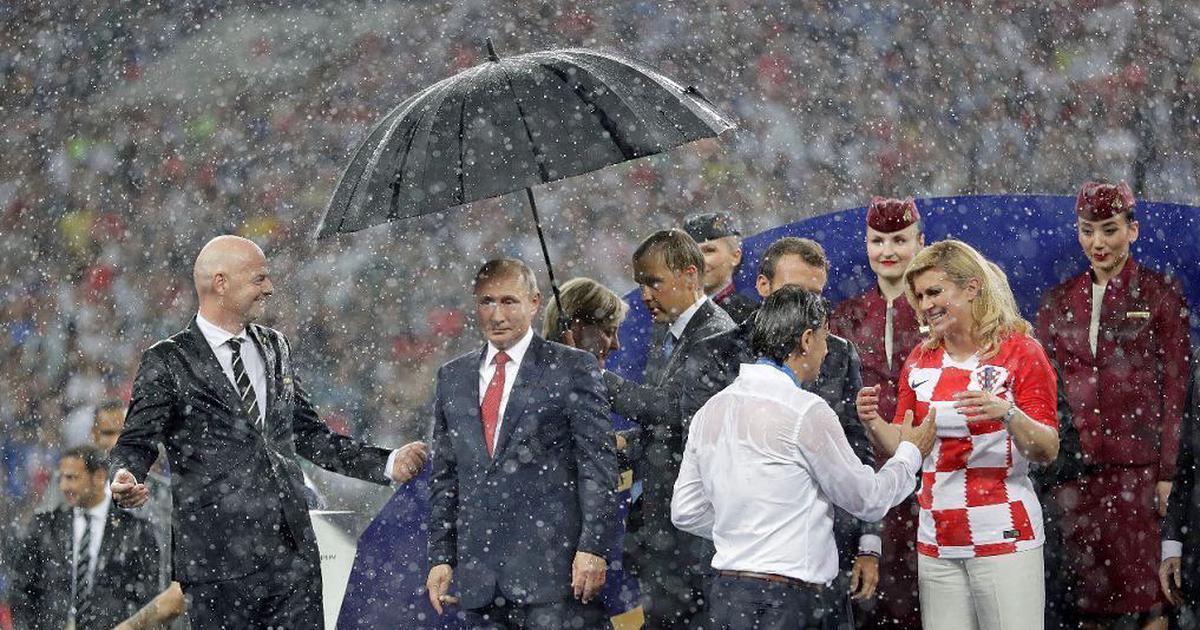 फुटबॉल विश्व कप : फ्रांस ने ख़िताब जीता और क्रोएशिया ने दिल लेकिन चर्चा रही पुतिन की छतरी की