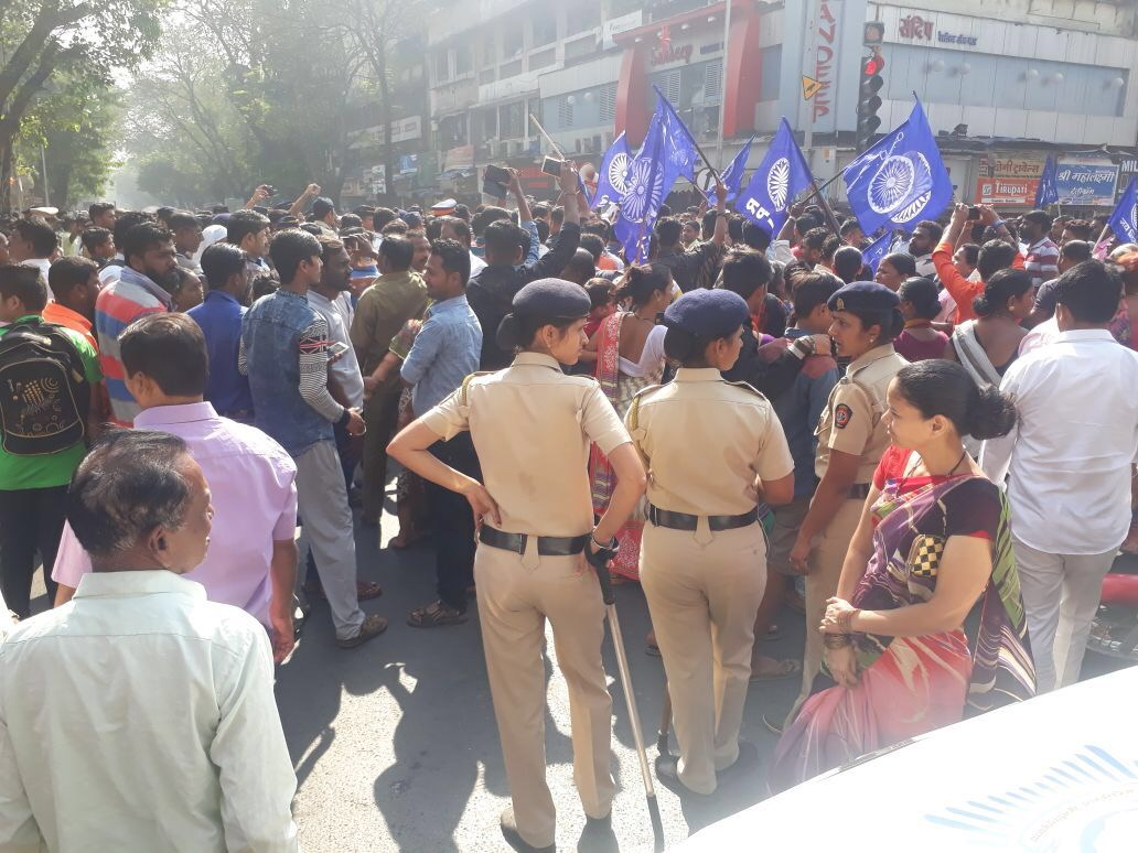 Protestors shout slogans in Mulund and block traffic. (Jennifer Thomas/Scroll.in)