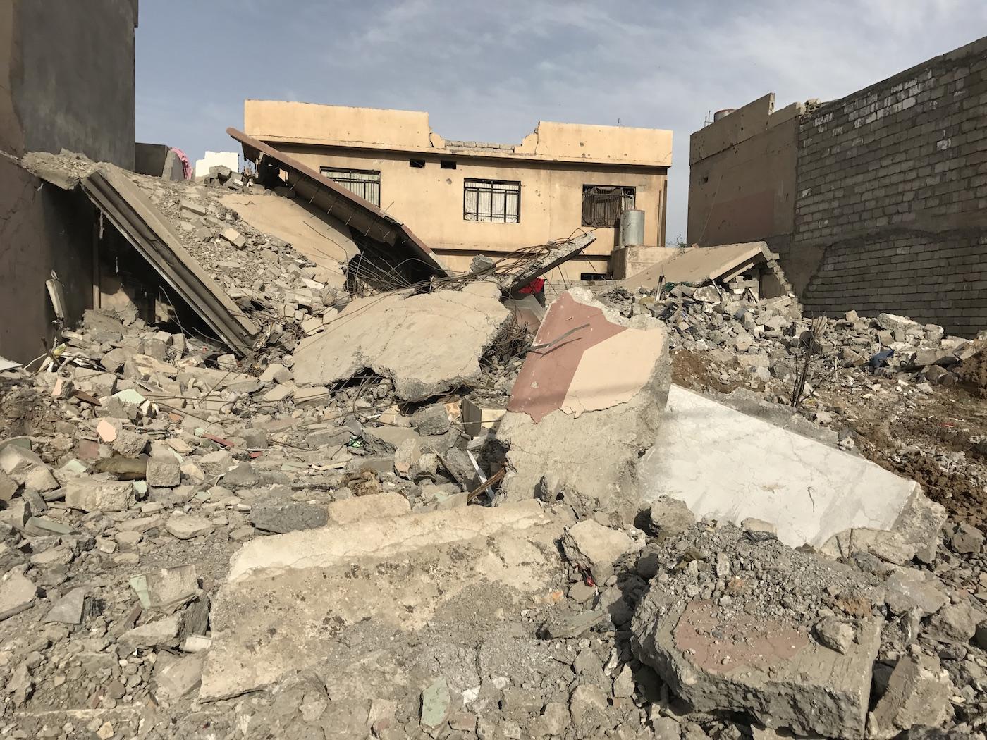 पूर्वी मोसुल के अल-सलाम इलाके में पूरी तरह मलबा बन चुकी एक इमारत. फोटो क्रेडिट : सुप्रिया शर्मा