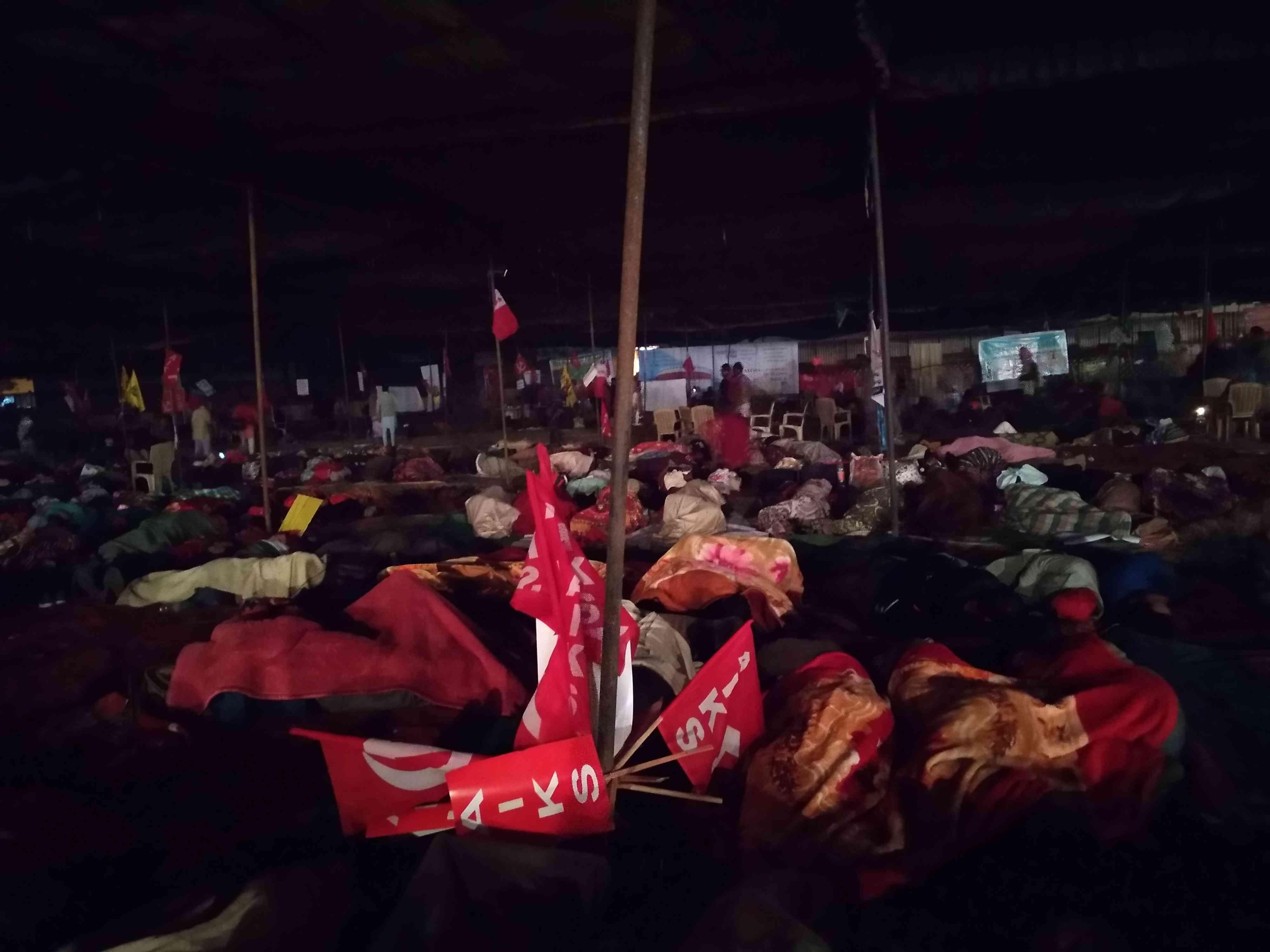 रामलीला मैदान में रात के 10 बजे किसान
