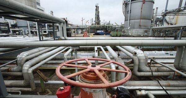 क्यों शेल ऑयल की खोज के बावजूद अमेरिका दुनिया का सबसे बड़ा तेल आयातक बना हुआ है